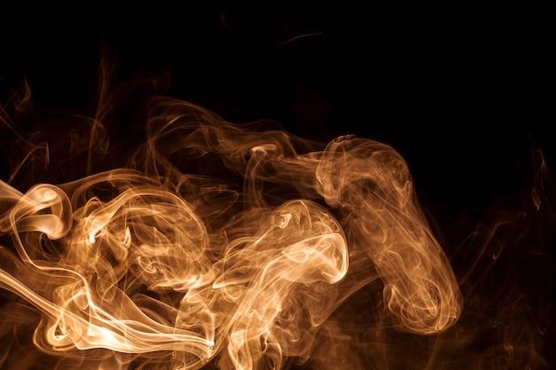 Mouvement fumée d'or sur fond noir.