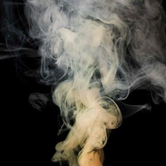 Mouvement de fumée tourbillon dense blanche sur fond noir