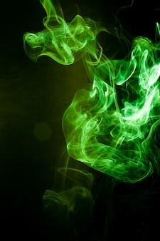 Mouvement de fumée verte sur fond noir.