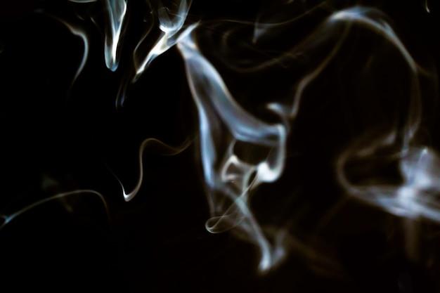 Mouvement de ligne de fumée abstraite avec effet de lumière blanche sur fond noir