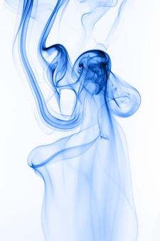 Mouvement de résumé de fumée bleue sur fond blanc, eau d'encre