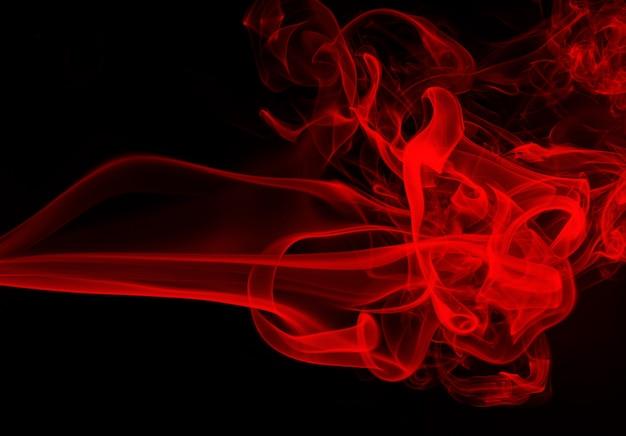 Mouvement de résumé de fumée rouge sur fond noir, feu ignorer