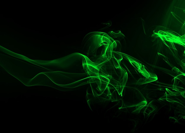 Mouvement de résumé de fumée verte sur fond noir, concept d'obscurité