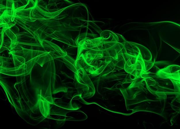 Mouvement de résumé de fumée verte sur fond noir
