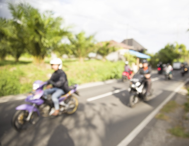 Mouvement routier de motos et voitures de style asiatique