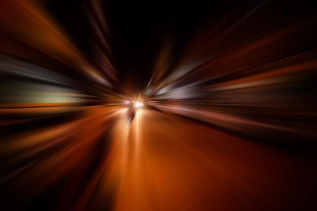 Mouvement de vitesse flou sur la route la nuit