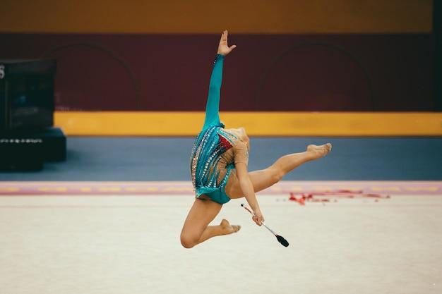 Mouvements de gymnastique sur scène
