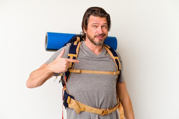 Moyen age hiker homme hollandais isolé sur mur blanc personne pointant à la main vers un espace copie de chemise, fier et confiant