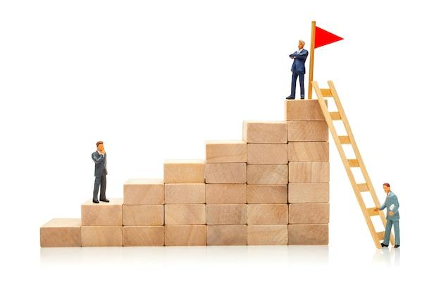 Moyen difficile et facile d'atteindre l'objectif le concept de concurrence dans les affaires hommes d'affaires