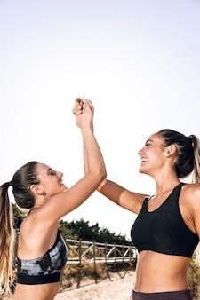 Moyenne coups amis sportifs faisant un high five