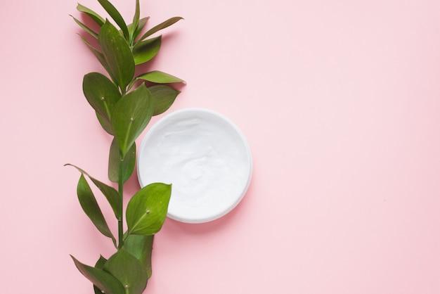 Moyens pour les soins de la peau, le rajeunissement et l'hydratation.