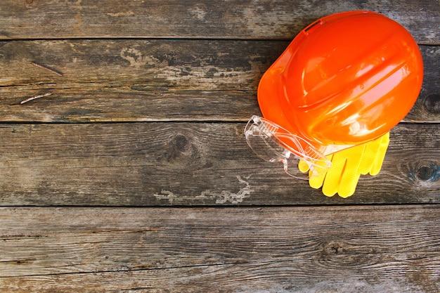 Moyens de protection sur un fond en bois ancien. vue de dessus. lay plat.