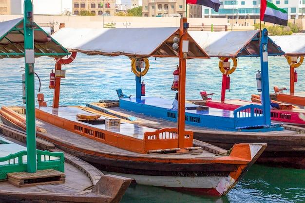 Moyens de transport antiques - bateau arabe abra. crique de dubaï. taxi de l'eau rétro.