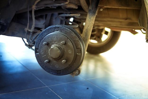 Un moyeu arrière de la voiture après avoir retiré un pneu et une roue