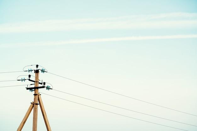 Moyeu électrique sur poteau. matériel électrique avec espace copie. fils de haute tension dans le ciel. l'industrie de l'électricité.