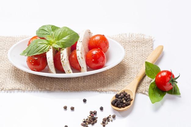 Mozzareela, tomate et basilic