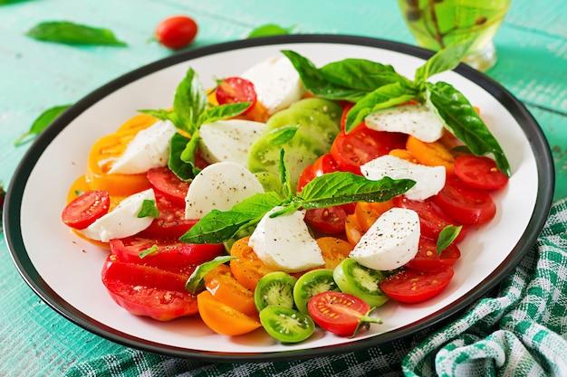 Mozzarella, feuilles de tomates et basilic