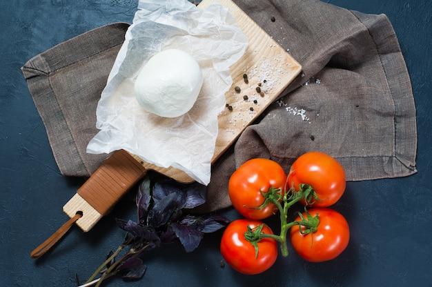 Mozzarella italienne, tomates, basilic. ingrédients pour la salade caprese.