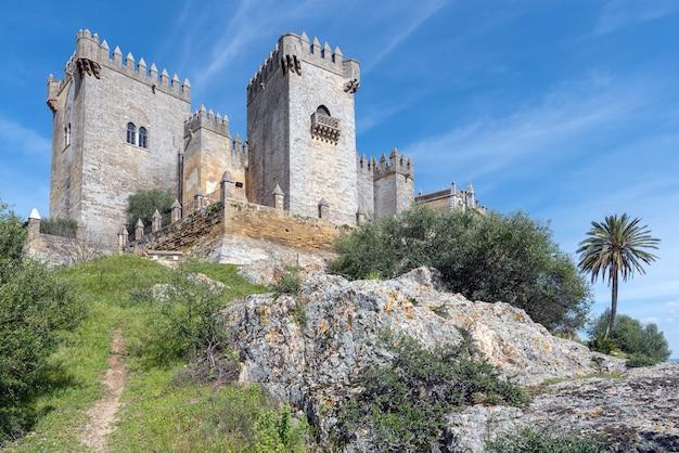 Mposing château médiéval d'almodovar del rio sur une colline et un beau ciel bleu et nuages blancs