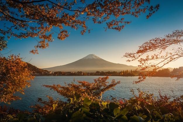 Mt. fuji sur le lac kawaguchiko avec un feuillage automnal au coucher du soleil à fujikawaguchiko, au japon.