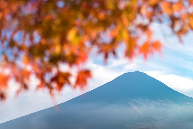 Mt. fuji volcan japon symbole avec automne coloré momiji japonais maple leaf premier plan