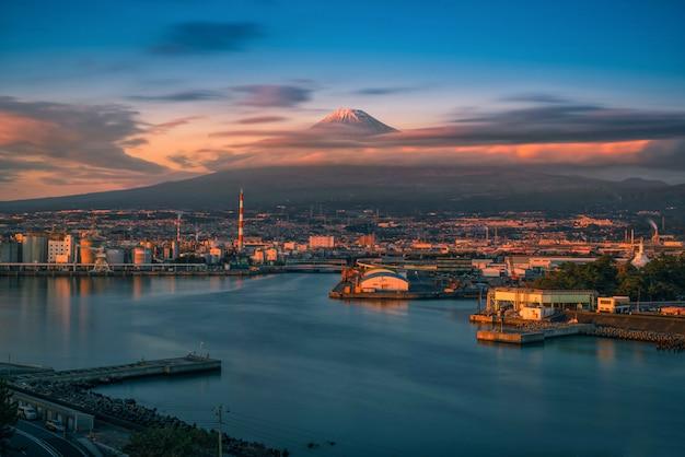 Mt. fuji avec la zone industrielle japonaise au coucher du soleil, préfecture de shizuoka, japon.