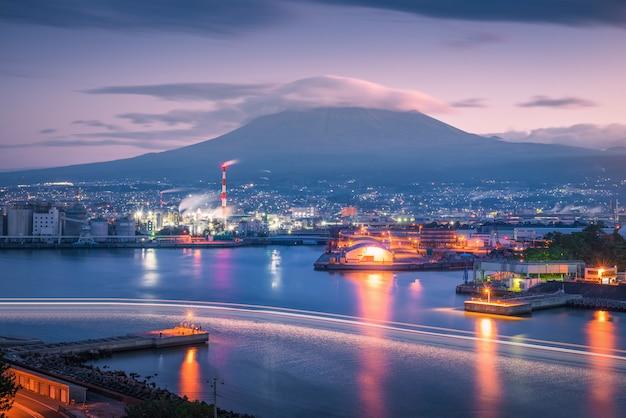 Mt. fuji avec zone industrielle japonaise au coucher du soleil, préfecture de shizuoka, japon.