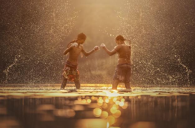 Muay thai, boxeurs combattants s'entraînant en plein air