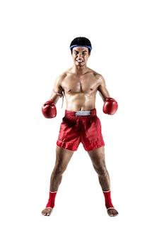 Muay thai, homme asiatique exerçant la boxe thaï isolé sur fond blanc