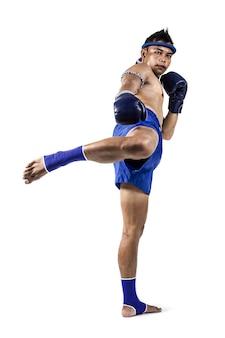 Muay thai, homme asiatique exerçant la boxe thaïlandaise isolé sur fond blanc