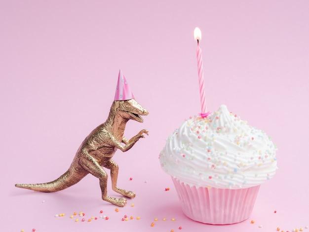 Muffin d'anniversaire délicieux et dinosaure