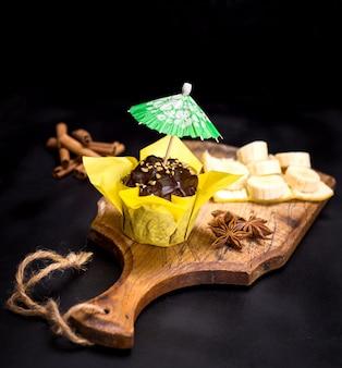 Muffin au chocolat enveloppé dans du papier jaune