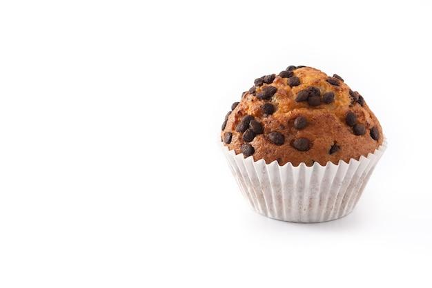 Muffin au chocolat juste cuit au four isolé sur fond blanc