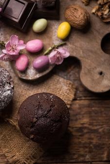 Muffin au chocolat et muffin aux noix, boulangerie maison sur fond de bois