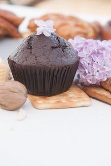 Muffin au chocolat et photo lilas, vertical