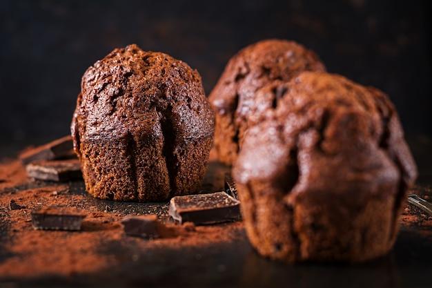 Muffin au chocolat sur une surface sombre.