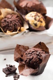 Muffin au chocolat sur une table blanche