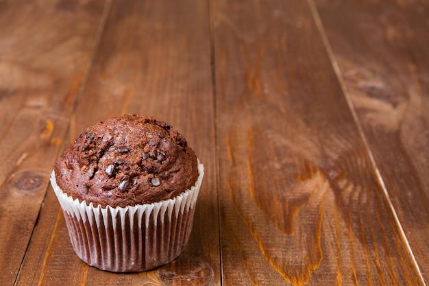 Muffin au chocolat sur table en bois foncé