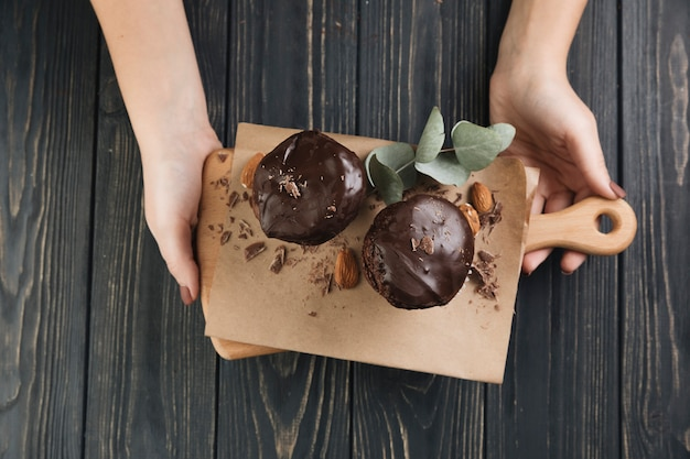 Muffin au chocolat vue de dessus à bord