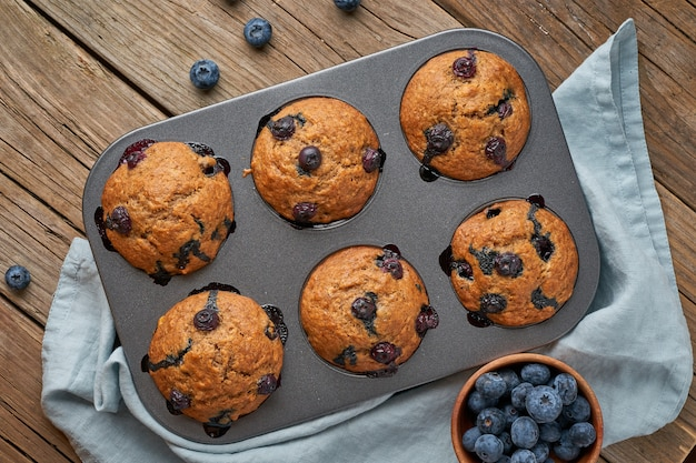 Muffin aux bleuets dans un plateau, vue de dessus.