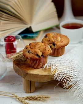 Muffin aux raisins secs et une tasse de thé noir