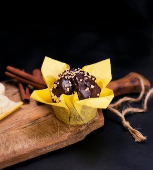 Muffin à la banane enveloppé dans du papier jaune