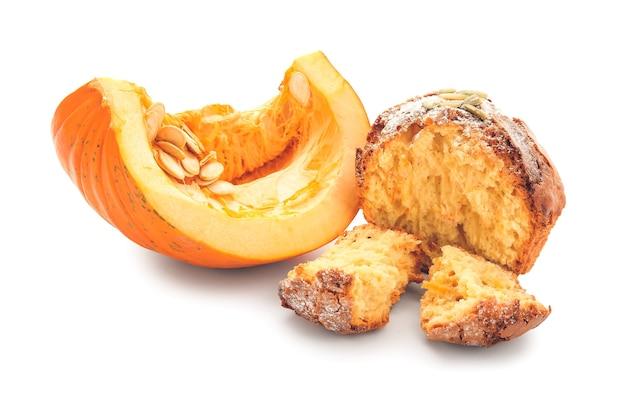 Muffin à la citrouille savoureux sur blanc