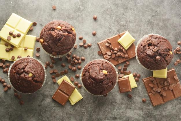 Muffin pépites de chocolat avec barre de chocolat.