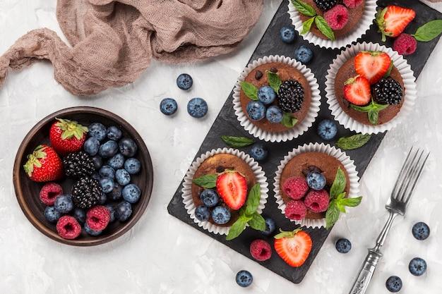 Muffin savoureux plat poser dans une plaque à pâtisserie