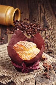 Muffin savoureux sur la table en bois vintage closeup