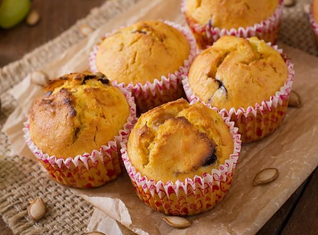 Muffins appétissants et rouges avec citrouille et raisins