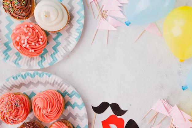 Muffins sur assiettes et décorations d'anniversaire