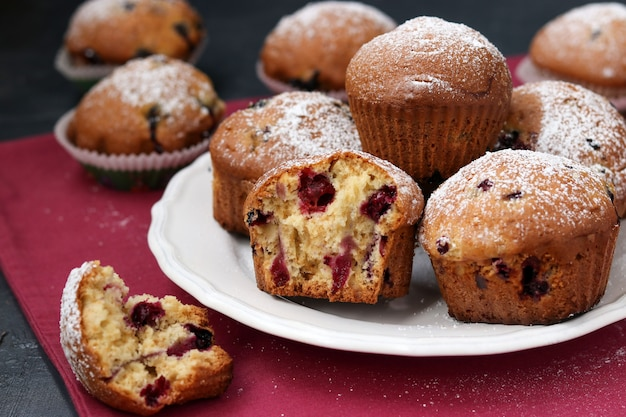 Muffins au cassis dans une assiette sur un rose