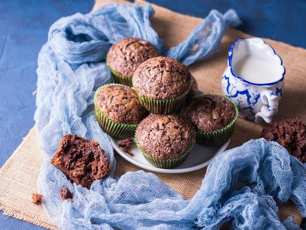 Muffins au chocolat et à la banane garnis de sucre